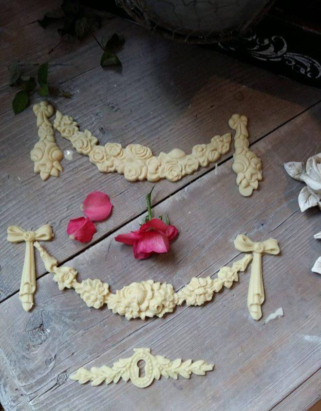 """Bútordísz, (hőre hajlítható) """" Rózsás íves masnival- 3 részes"""" 22 cm hosszú"""